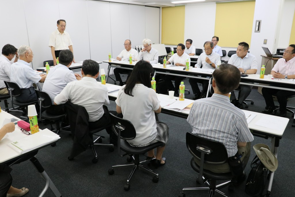 学校の考えについて述べる岡本理事長